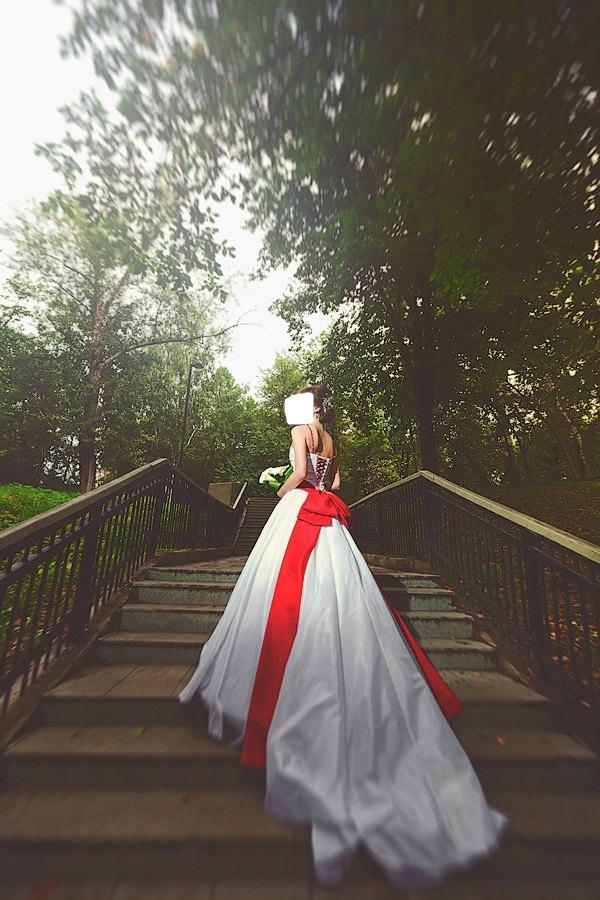 Продам: Белоснежное свадебное платье с красным акцентом! - Купить